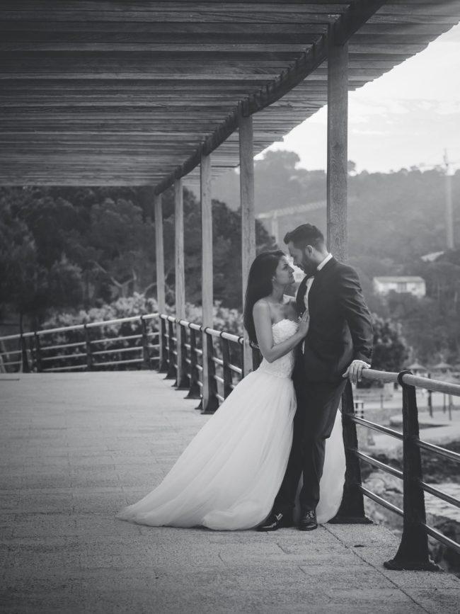 Hochzeitsfoto auf Mallorca mit einem romantischen Brautpaar in der Abendsonne am Meer