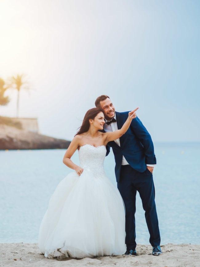 Hochzeitsfoto mit einem Brautpaar am Strand im Sonnenuntergang auf Mallorca